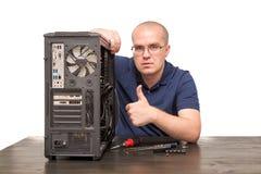 Computertechnicus die die computersysteem herstellen op wit wordt geïsoleerd Royalty-vrije Stock Foto's