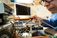 Computertechnicus die Hardware met hulpmiddelen herstellen Stock Foto's