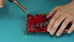 Computertechnicus die videokaart solderen stock videobeelden
