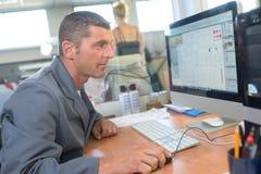 Computertechnicus het bevestigen computer Royalty-vrije Stock Afbeeldingen