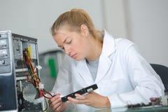 Computertechnicus het bevestigen motherboard Royalty-vrije Stock Foto