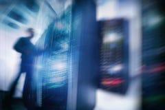 Computertechniker-Opening Server Rack-Tür Stockfoto