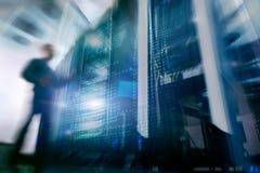 Computertechniker-Opening Server Rack-Tür Lizenzfreie Stockfotos