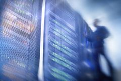 Computertechniker-Opening Server Rack-Tür Lizenzfreies Stockbild