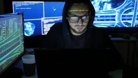 Computerterrorisme, Misdadig Hakker barstend systeem, niet het wettelijke volgen van mensen, voorwerpen, Internet-spionage, Ident stock videobeelden