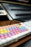 computertoetsenbord met gekleurde en gemengde sleutels voor audio en vide stock afbeeldingen