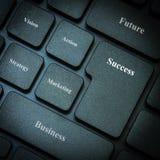 Computertoetsenbord met woordenzaken en succes Stock Foto's