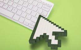 Computertoetsenbord op groene achtergrond computertekens het 3d teruggeven 3D Illustratie Stock Foto's