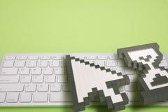 Computertoetsenbord op groene achtergrond computertekens het 3d teruggeven 3D Illustratie Royalty-vrije Stock Foto's