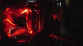 Computerventilator wird, das rote Licht eingeschaltet stock footage