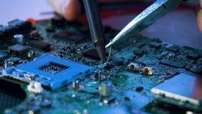 Computerverbetering het solderen motherboard technologie stock footage