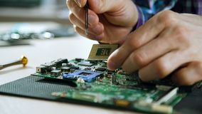 Computerverbetering het solderen motherboard technologie stock videobeelden