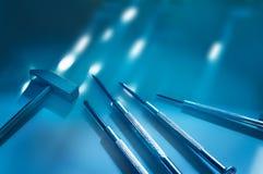 Computerwerkzeugreparaturen, getontes blaues Konzept, Weichzeichnung Stockfotografie