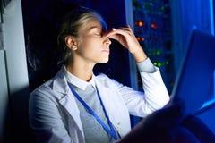 Computerwetenschapper Working bij Nacht royalty-vrije stock afbeelding