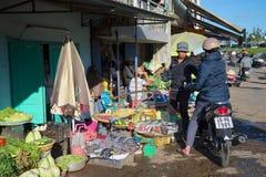 Comércio nos produtos na rua da cidade Dalat, Vietnam Imagens de Stock Royalty Free