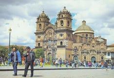 Comté de Cusco, Pérou - 7 août 2018 : Beaucoup de touristes et de personnes locales marchent sur la place principale célèbre de C image libre de droits