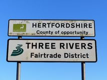 Comté de Hertfordshire d'occasion et de trois signes de secteur de Fairtrade de rivières photographie stock
