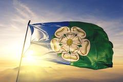 Comté de monte est de North Yorkshire du tissu de tissu de textile de drapeau de l'Angleterre ondulant sur le brouillard supérieu illustration stock