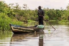 Comté de 2017 septembre 17 Kisumu, le lac Victoria, Kenya Pêcheur africain dans le vieux canoë en bois de pêche Photos stock