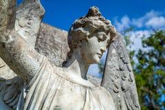 Comtemplación de ángel en un viejo gravesite fotos de archivo libres de regalías