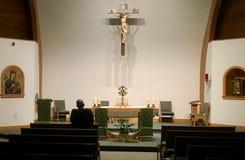 Comtemplación de la eucaristía en la capilla de la adoración fotografía de archivo libre de regalías