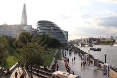 Comune di Londra, il coccio ed il Tamigi con la gente che cammina dal fiume Fotografie Stock