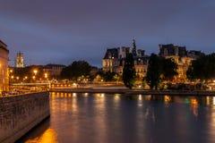 Comune di Parigi e della Senna alla notte Fotografia Stock