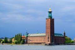 Comune di Stoccolma sulla riva del lago Malaren un giorno nuvoloso fotografia stock libera da diritti