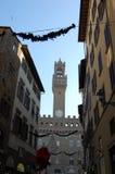 Comune a Firenze, la torre di orologio Costruzioni antiche con gli otturatori sulle finestre fotografia stock libera da diritti