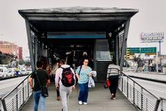 Comuneros, estação do transmilenio na cidade de Bogotá imagens de stock