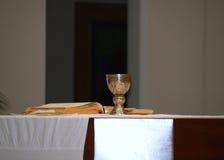 Comunión en iglesia católica Imagen de archivo libre de regalías