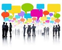 Comunicações empresariais globais com a bolha colorida do discurso fotografia de stock