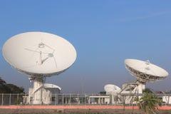 Comunicações satélites brancas em Tailândia Imagens de Stock
