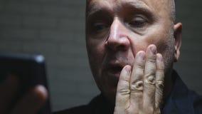 Comunicación asustada y decepcionada de Text Using Cellphone del empresario fotografía de archivo libre de regalías
