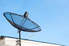Comunicación de la antena de plato sobre la azotea. Fotografía de archivo libre de regalías