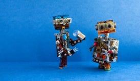 Comunicación de los robots, concepto de la inteligencia artificial Dos caracteres robóticos, bombilla Juguetes creativos del dise imagen de archivo libre de regalías