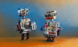 Comunicación de los robots, concepto de la inteligencia artificial Dos caracteres robóticos con la bombilla fotos de archivo