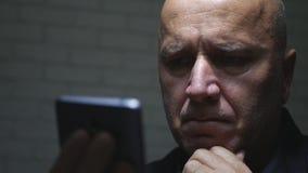 Comunicación decepcionada de Text Using Cellphone del empresario fotos de archivo