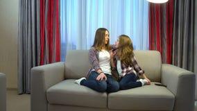 Comunicación del enlace del niño de la mamá de la confianza del ocio de la familia almacen de metraje de vídeo