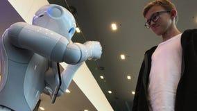 Comunicación del robot y del adolescente de la inteligencia artificial