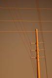 Comunicación eléctrica poste y líneas Fotos de archivo