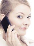 Comunicación Empresaria que habla en el teléfono celular Imágenes de archivo libres de regalías