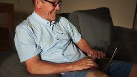 Comunicación en Skype Redes sociales, comunicación video El pensionista comunica con su familia en Skype vía metrajes
