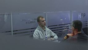 Comunicación entre el buscador de trabajo y el encargado de la hora para el empleo en el parque de alta tecnología Minsk, Bielorr almacen de metraje de vídeo