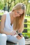 Comunicación móvil - adolescente sonriente Fotografía de archivo