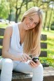Comunicación móvil - adolescente sonriente Foto de archivo
