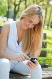 Comunicación móvil - adolescente sonriente Imagen de archivo