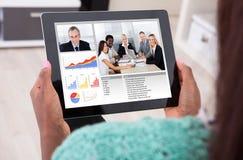 Comunicación video de la empresaria con los colegas del hogar foto de archivo libre de regalías