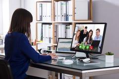 Comunicación video de la empresaria en el ordenador imagenes de archivo