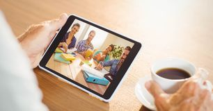 Comunicación video de la mano con el equipo en la tableta foto de archivo libre de regalías